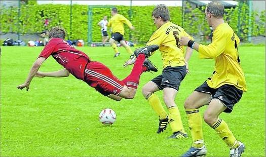 Beim 0:1 gegen die Bremmer Reserve (gelb) flog A-Klasse-Absteiger SG Müllenbach prompt auf die Nase. M Foto: Markus Kroth