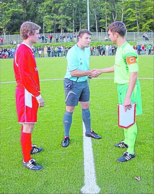 Die Spieler bei der Platzwahl mit Vesalen Schiedsrichter Roman Herberich. Foto: Verena Schmidt