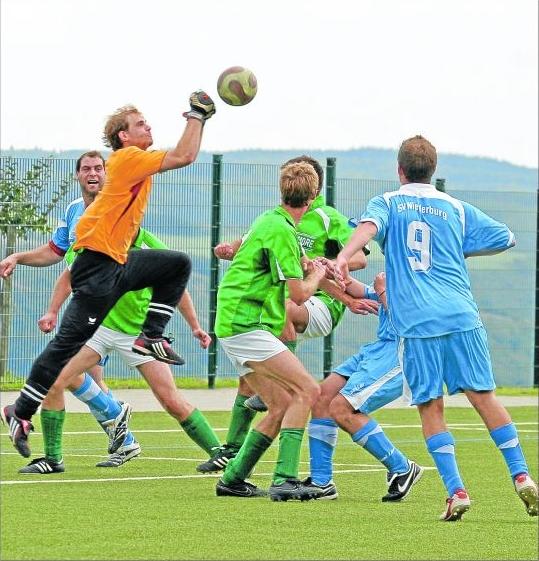 Sicherer Rückhalt: Die SG Hunsrückhöhe (in Grün) siegte zum Auftakt mit 1:0 bei Aufsteiger SV Niederburg II – auch dank Torwart Matthias Bongard. M Foto: Hardy Beissel