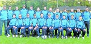 Haben sich einen gesicherten Mittelfeldplatz zum Ziel gesetzt: Die A-Junioren des TSV Emmelshausen um die Trainer Marco Pfeffer (rechts) und Manfred Braunschädel.
