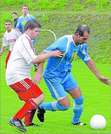 Yücel Alimci (rechts) und sein TSV Emmelshausen schüttelten die SG Unterkülztal und Thorsten Kunz beim 9:0 locker ab. Alimci markierte dabei einen Treffer.M Foto: Hardy Beissel
