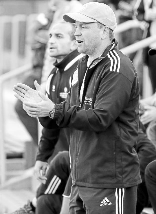 Will sein Team morgen auch gegen seinen Heimatverein Sargenroth zum Sieg treiben: Andreas Auler, der den TuS Rheinböllen mit Ercan Öczep (hinten) trainiert. M Foto: B&P Schmitt