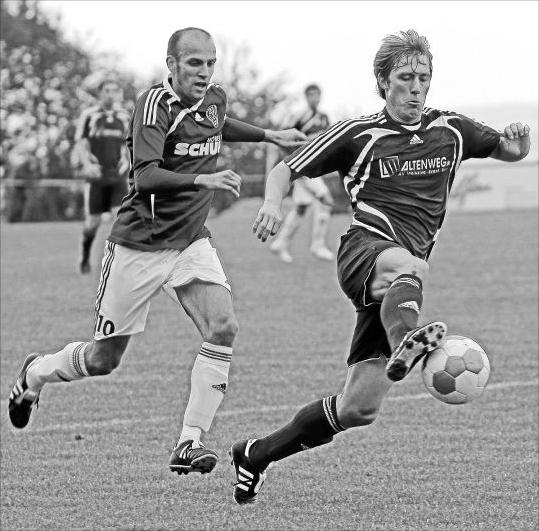 Chris Ströter (rechts) fehlt dem FC Karbach gegen seinen Ex-Klub Engers, mit dem er 2008 aus der Oberliga abstieg – und dann nach Karbach wechselte. M Foto: Verena Schmidt
