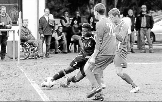 Auch gegen zwei Ober Kostenzer (von rechts Christian Klein und Marc Rodenbusch) setzt sich Bullays Rajade Koumai durch – genau wie sein Rheinlandligist beim 4:0.M Foto: Hardy Beissel