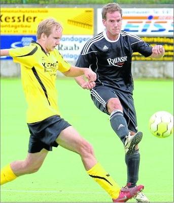 Lars Herrmann (links) und seine Sargenrother Teamkollegen waren beim 0:3 im Derby gegen Rheinböllen mit Christoph Schulz fast immer einen Schritt zu spät. M Foto: B&P Schmitt