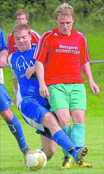 Kampf um jeden Meter: Lauderts Markus Leininger (links) knöpft sich beim 2:2 Leiningens Sebastian Görres vor. M Foto: Schmidt