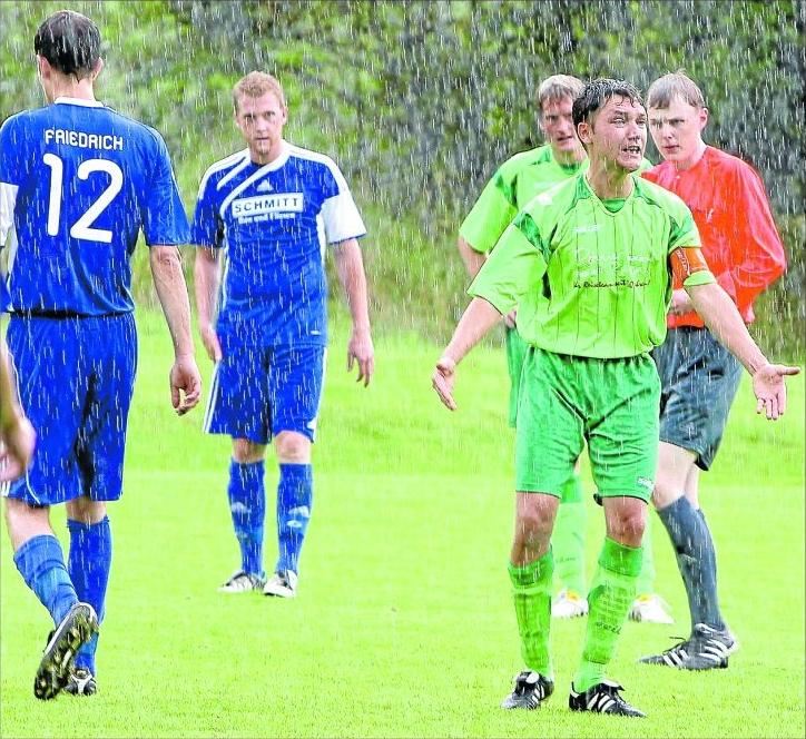 Die SG Ehrbachtal mit Kapitän Torsten Gillmann und Stürmer Michael Hoffmann (hinten) stand nicht nur im Derby gegen Argenthal (von links mit Sebastian Friedrich und Christopher Kauer) im Regen. Bislang ist sie noch sieglos. M Foto: B&P Schmitt