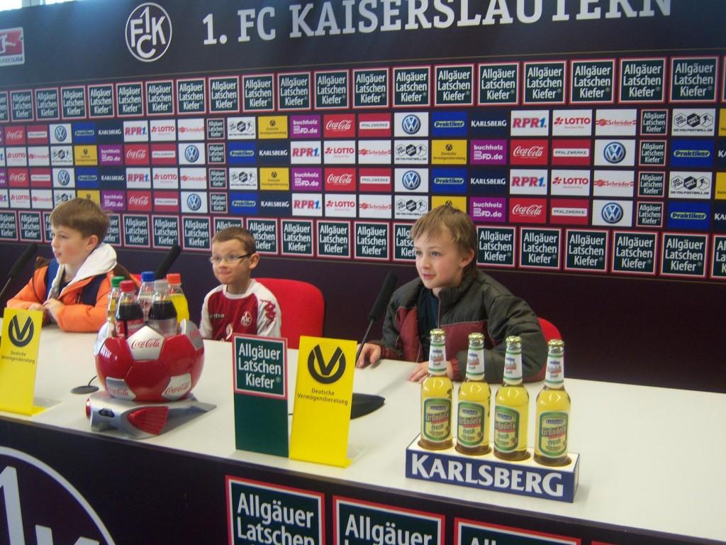 Auf den Stühlen der Pressekonferenz nahmen die Jugendfußballer Platz.