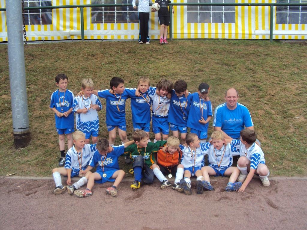 Die Vesalen-Bambinis mit Trainer und Betreuer Markus Haberkamp beim Saisonabschluss in Biebernheim