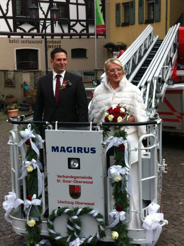 Das Brautpaar Volker und Nicole auf der Drehleiter
