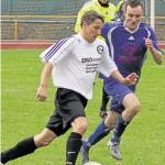 Christoph Braun (in Weiß) schoss in der 61. Minute das entscheidende Tor im Derby gegen den SV Niederburg (mit Marc Bauer). Brauns SV Oberwesel gewann mit 1:0 gegen den Lokalrivalen.Foto: Verena Schmidt