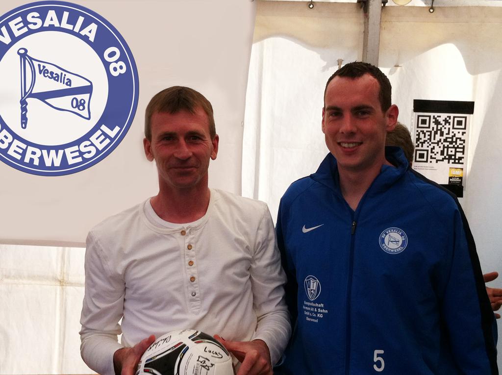 Als Abschiedsgeschenk von der Mannschaft gab es einen signierten Ball. Patrik Welches hier mit Gregor Lieber.