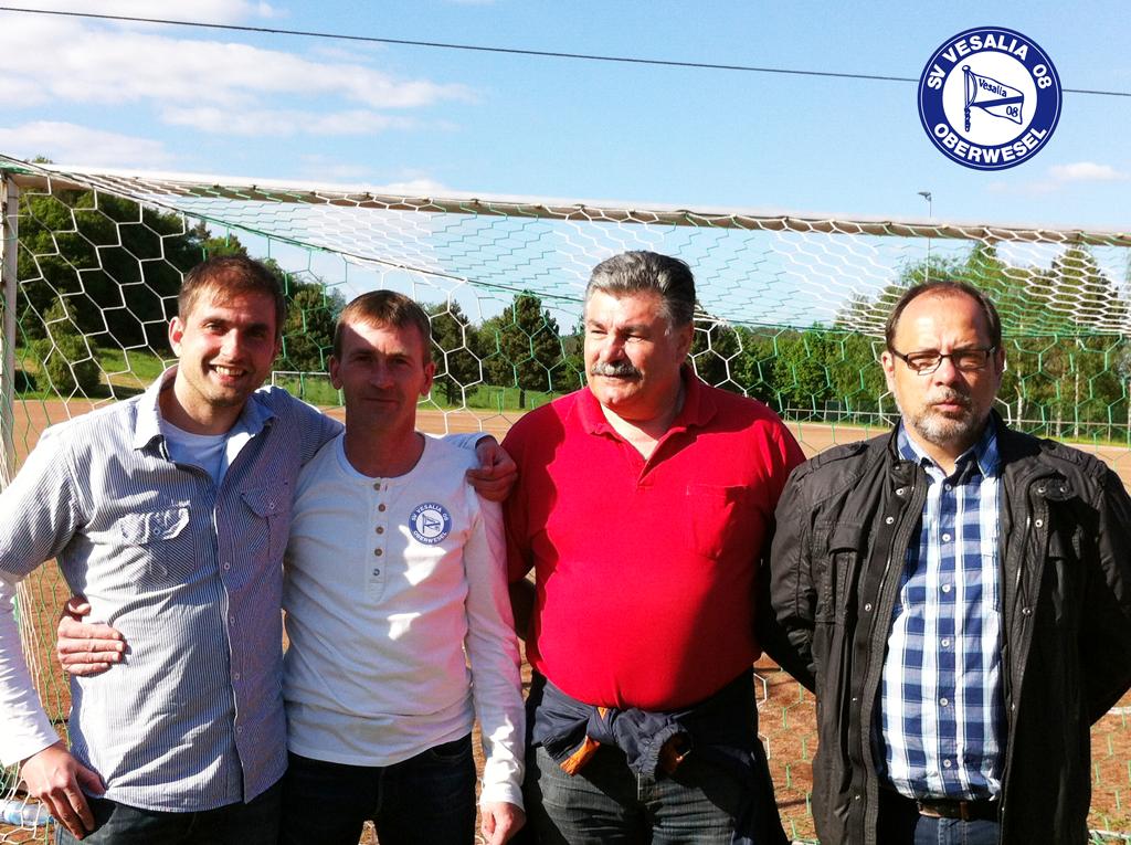 von links: Lennart Schuck (Abt.-Ltr. Fußball), Patrik Welches (Trainer), Wolfgang Ahrens (2. Vorsitzender Vesalia), Peter Kuhn (1. Vorsitzender Förderverein)