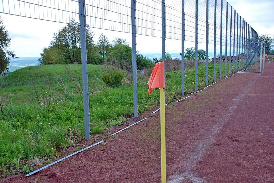 Auf dem Sportgelände des FC Karbach wurden 38 Gitterzaun-Elemente geklaut