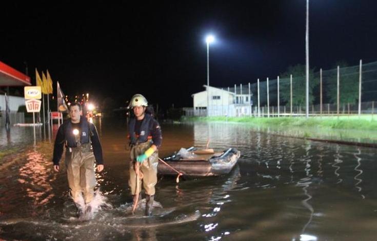 Das Rhinelanderstadion eingeschlossen von dem Hochwasser des Rheins (Foto: RZ)