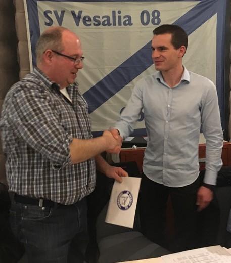(v.l.n.r. Markus Haberkamp und der 1. Vorsitzenden Lucas Zeuner bei der Übergabe)